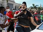 Un hombre es arrestado durante las protestas en La Habana, este domingo 11 de julio.