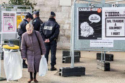"""Policiais patrulham salão de quadrinhos de Angoulême, dedicado a """"Charlie Hebdo""""."""