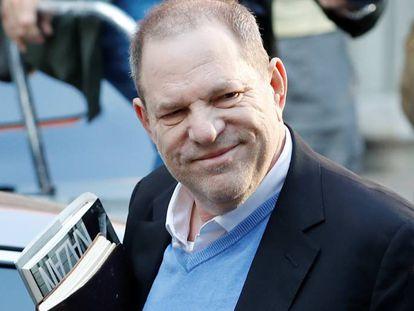 Harvey Weinstein chega a uma delegacia de polícia em Nova York para preencher sua ficha policial.