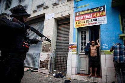 Policial em ação na cracolândia, em São Paulo.