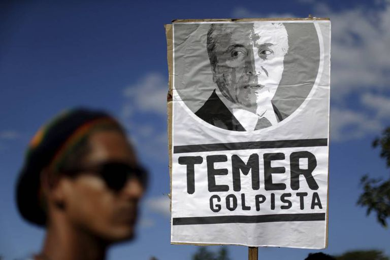 Manifestante contra o impeachment segura cartaz de Temer