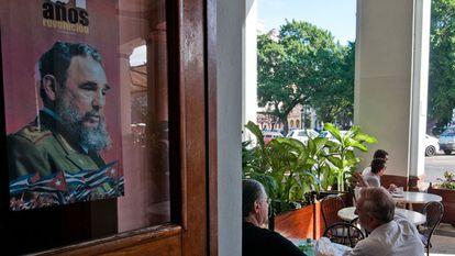 Pôster de Fidel Castro na entrada de um hotel em Havana.