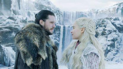 Kit Harington e Emilia Clarke interpretando os personagens de Jon Snow e Daenerys Targaryen na oitava temporada de 'Game of Thrones'.