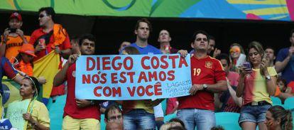 Um grupo de torcedores apoiam Diego Costa, que foi vaiado.