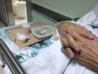 Até mesmo as refeições são servidas no corredor do hospital. / T.B