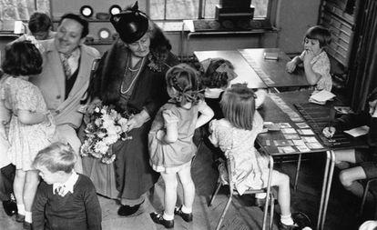 Maria Montessori com um grupo de crianças em 1946, em Londres.