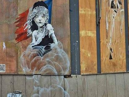 O novo grafite de Banksy, em frente à embaixada da França em Londres.