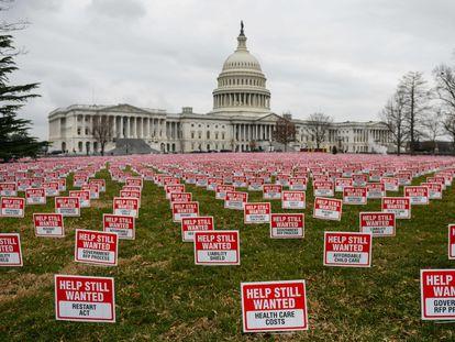 Cartazes pedindo mais ajudas econômicas, nesta terça-feira, em frente ao Capitólio, em Washington.