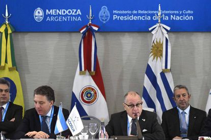 O chanceler argentino Jorge Faurie (direita) abre a reunião do Mercosul em Mendoza.
