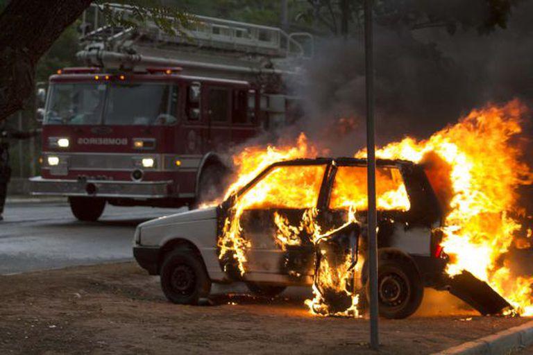 Carro incendiado na avenida Zaki Narchi.
