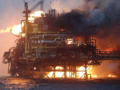 A plataforma da Pemex em Campeche queimando.