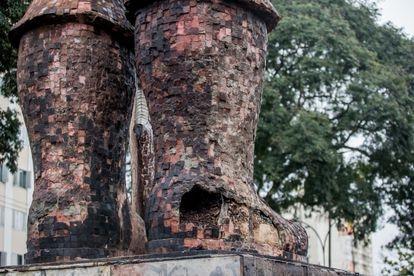 A bota do bandeirante consumida pelo fogo.