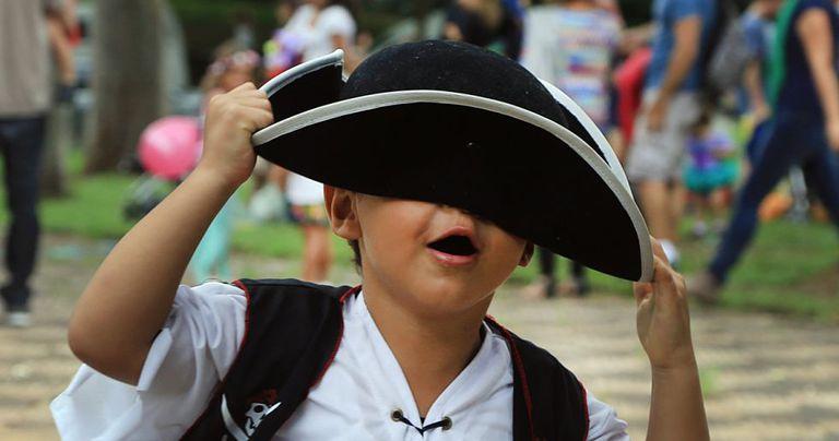 Criança em bloco de Carnaval em São Paulo.
