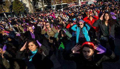 Mulheres turcas interpretam a coreografia de 'Um estuprador em seu caminho', este domingo em Istambul.