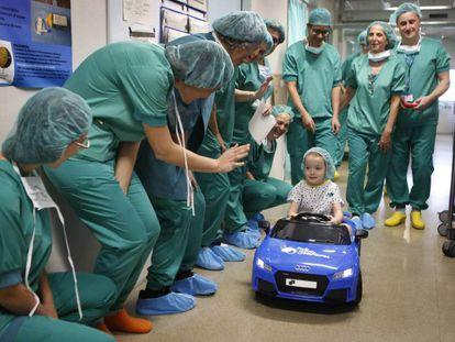 Noa vai no carrinho à sala de cirurgia, na sexta-feira no Parc Taulí de Sabadell.