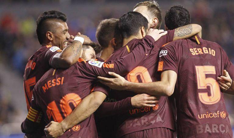 Jogadores do Barcelona comemoram sua vitória no campeonato espanhol.