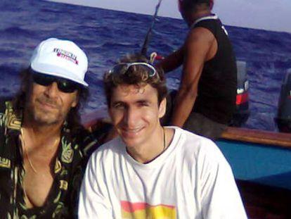 Paco de Lucía e Juan Anyélica, em um barco nos mares do Caribe mexicano.