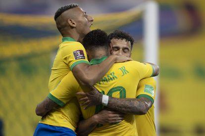 Philippe Coutinho, Neymar e Richarlison celebram um gol na partida contra a Bolívia pelas Eliminatórias da Copa 2022.