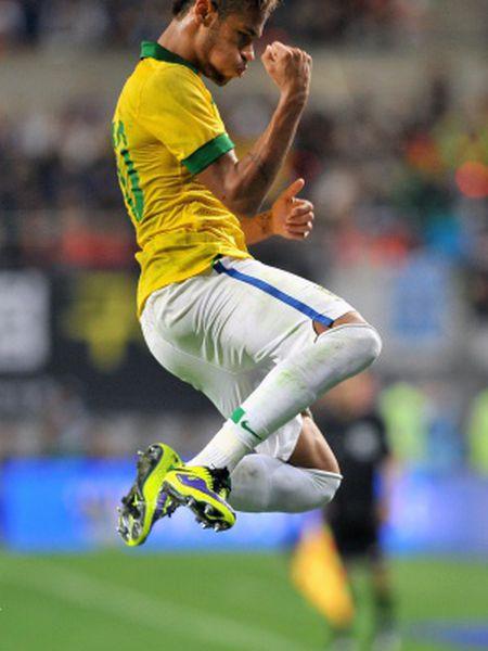 Neymar celebra um gol durante um partido com Brasil.