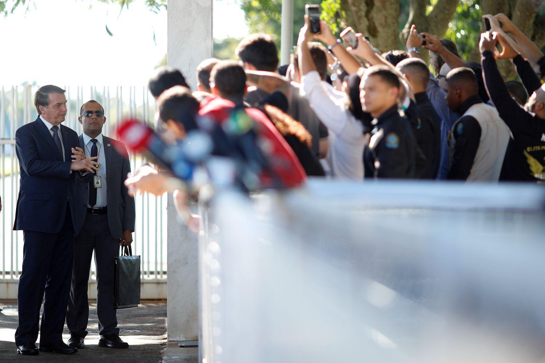 O presidente Jair Bolsonaro conversa com apoiadores, na manhã desta sexta-feira, em frente ao Palácio do Alvorada. Ele voltou a criticar as medidas de isolamento social, embora a OMS recomende a medida reiteradamente.