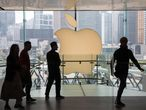 Hong Kong (China).- (FILE) - Shoppers walk past the Apple Inc. logo at an Apple Store in Hong Kong, China, 04 January 2019 (reissued 19 August 2020). US technology company Apple on 19 August 2020 surpassed a value of two trillion US dollar, regaining the position of the world's most valuable company. EFE/EPA/JEROME FAVRE *** Local Caption *** 54873089