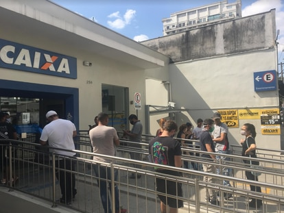 Agência da Caixa Econômica Federal, na zona oeste de São Paulo, registra fila nesta quinta-feira, 23 de abril de 2020.