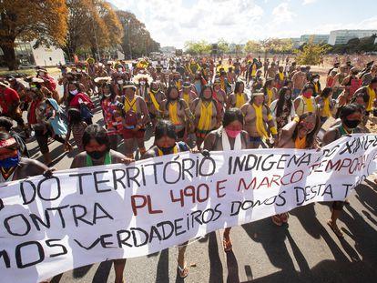 Dezenas de indígenas participam de manifestação contra o marco temporal, em julgamento no Supremo Tribunal Federal, no dia 1 de setembro, em Brasília.