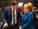 El presidente del Gobierno español, Pedro Sánchez, habla con la canciller alemana Angela Merkel en la cumbre de líderes de la UE el pasado octubre.