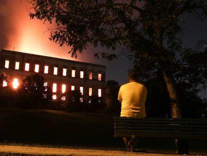 Vista geral do Museu Nacional, no Rio, em chamas.