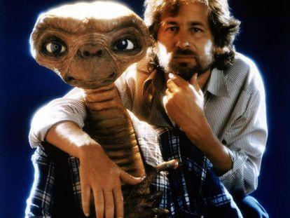Ele era rei da bola de Hollywood, mas Steven Spielberg demonstrou que, no mundo do videogame, não passava de um gandula. Na esteira do fantástico sucesso de seu filme E.T. – O Extraterrestre, Spielberg decidiu lançar uma aventura para o console Atari 2600 no Natal de 1982. A ideia era ajudar E.T. a fazer um telefonema para sua casa, mas o visual era tão precário e mal desenhado que o extraterrestre enrugado acabou tendo de ficar por aqui mesmo. A maioria dos cartuchos acabou, literalmente, no depósito de lixo da Atari, que não é um lixão qualquer, mas um que existe em Alamogordo, no Novo México.