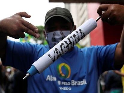 Manifestante protesta em São Paulo contra a vacina chinesa Coronavac, testada pelo Instituto Butantan.