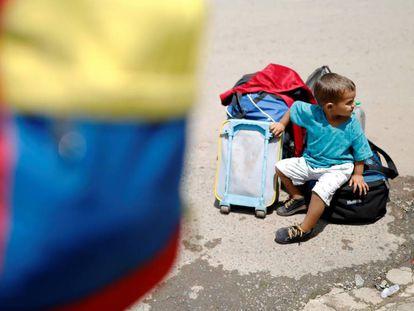 Garoto venezuelano próximo ao controle de fronteira em Pacaraima (RR), nesta segunda-feira (20)