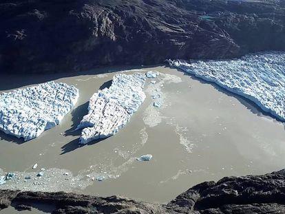 Blocos de gelo desprendidos do glaciar Grey na Patagonia.