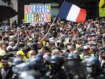 Manifestantes contra o passaporte covid-19 em Paris, neste sábado.