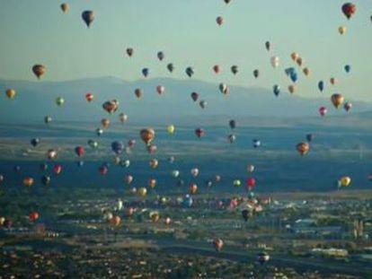 A edição anual do Festival Internacional de Balões de Albuquerque atrai milhares de turistas ao deserto dos EUA