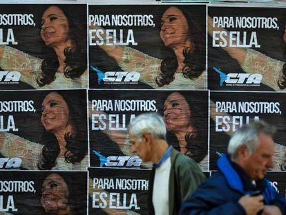 Cartazes de apoio à ex-presidenta Cristina Fernández de Kirchner em uma rua de Buenos Aires