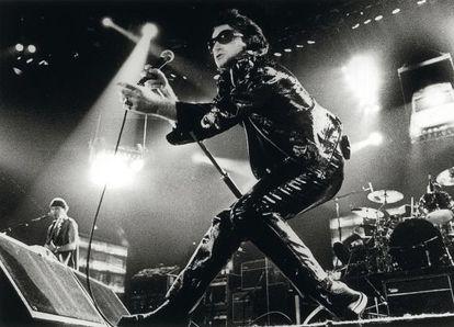 """Bono, vocalista de U2, durante a emblemática turnê 'Zoo TV"""", na década de 1990."""