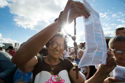 Fiéis celebram a missa de Corpus Christi, em Brasília.