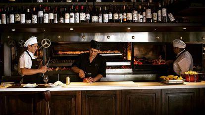 Equipe da churrascaria argentina Don Julio, eleita o melhor restaurante da América Latina 2020.