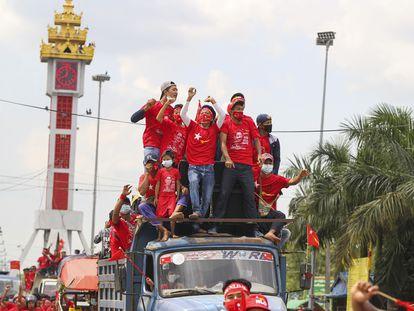 Simpatizantes de Aung San Suu Kyi participam de um comício.