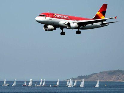 Um avião da Avianca se prepara para pousar no Rio de Janeiro.