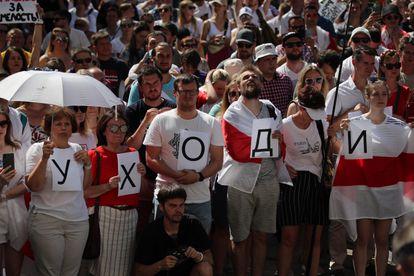 Dezenas de pessoas se manifestam em frente à sede da TV pública, nesta segunda-feira, em Minsk.