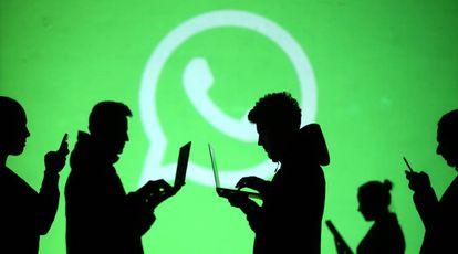 Usuário diante do logo do WhatsApp