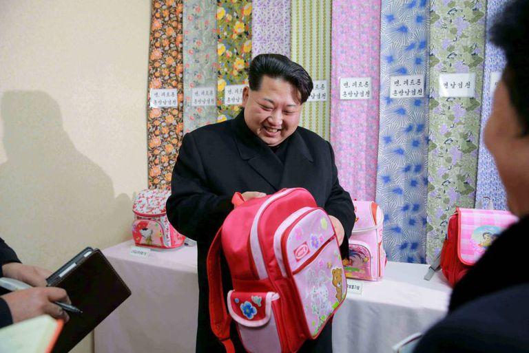 O líder norte-coreano Kim Jong-un em visita a uma indústria têxtil no ano passado.