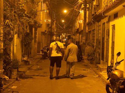 O pastor André Assis nas ruas da Maré.