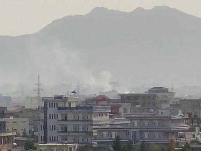 Coluna de fumaça vista após a explosão ocorrida nas proximidades do aeroporto de Cabul.