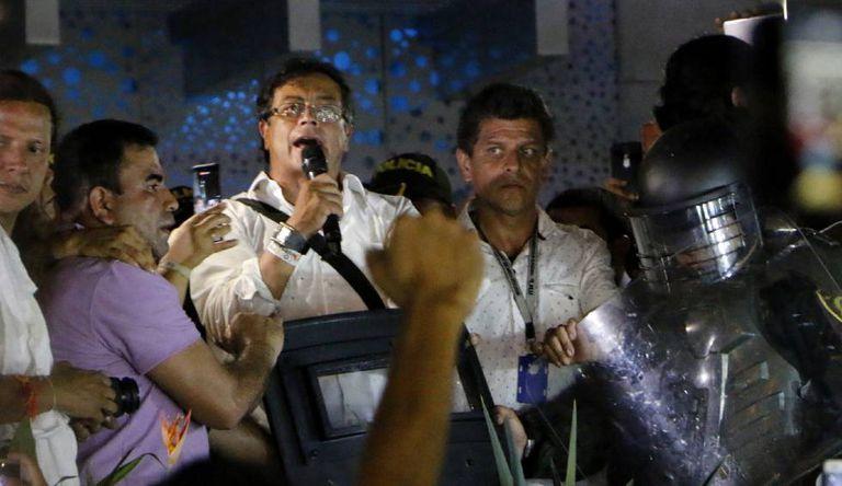 O candidato à presidência Gustavo Petro depois de ser atacado em confronto entre manifestantes.