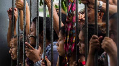 Familiares de presos aguardam informações em frente a cadeia de Manaus.