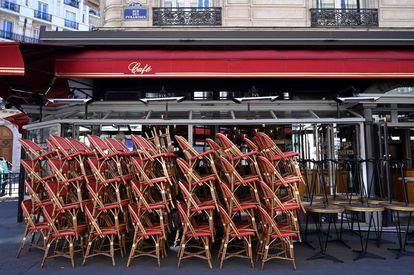 Pilhas de cadeiras sem uso, diante de uma cafeteria em Paris, em maio do ano passado.