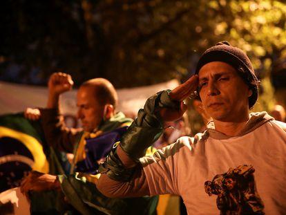Apoiador de Bolsonaro participa de protesto contra a quarentena e governador João Doria, em São Paulo.